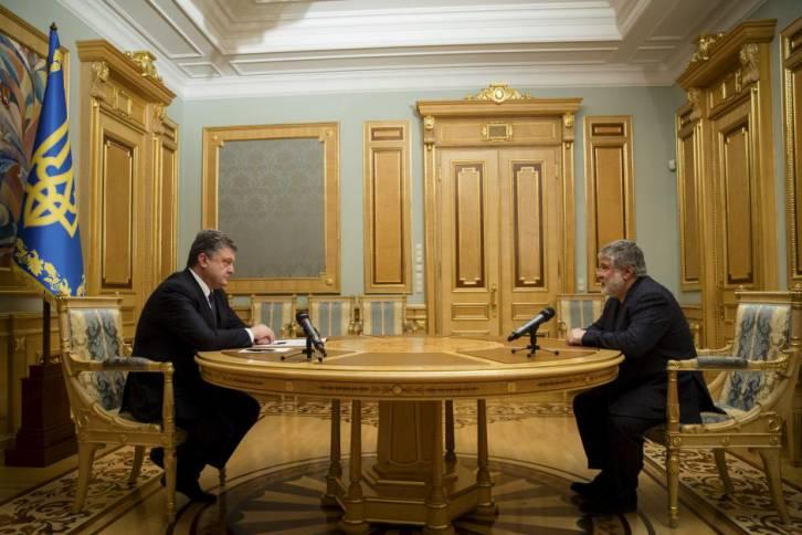 Ukrainian President Petro Poroshenko, left, listens to oligarch Ihor Kolomoisky during their meeting in Kiev March 25, 2015 | Photo: Mikhail Palinchak, Ukrainian Presidential Press Service