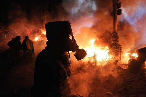<figcaption>Anti-government protesters gather at a barricade at the site of clashes with riot police in Kiev. Source: Reuters</figcaption>
