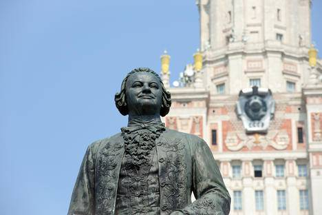 <figcaption>A monument to Mikhail Lomonosov near the main building of the Moscow State University. Source: Lori / Legion-Media</figcaption>