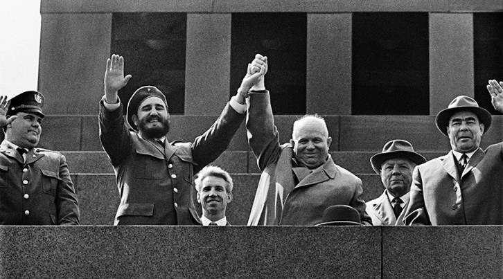 <figcaption>Cuban leader Fidel Castro and Chairman of the USSR Council of Ministers Nikita Khrushchev at the rostrum of the Lenin Mausoleum. Next to them: Kliment Voroshilov and Leonid Brezhnev. Moscow, 1963 © Anatoliy Garanin / Sputnik</figcaption>
