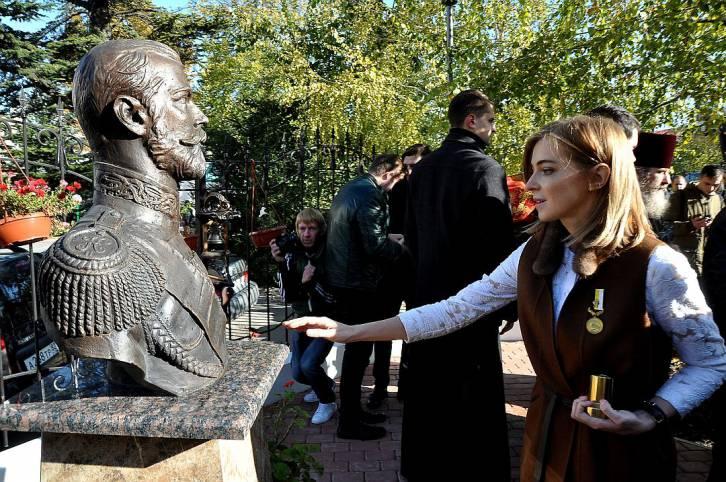 <figcaption>Natalia Poklonskaia pays homage to Nicholas II</figcaption>