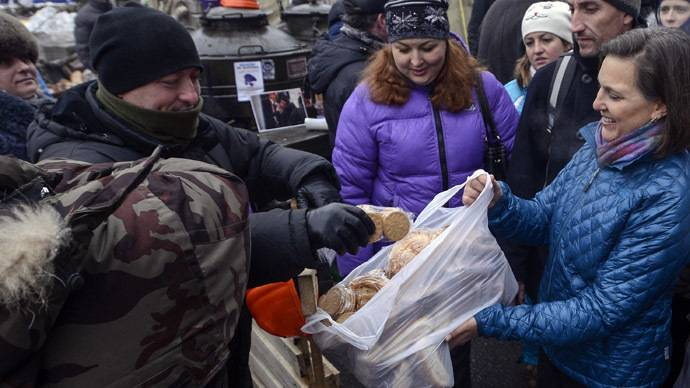 <figcaption>Victoria Nuland hands out bread to protesters at Independence square in Kiev December 11, 2013.</figcaption>