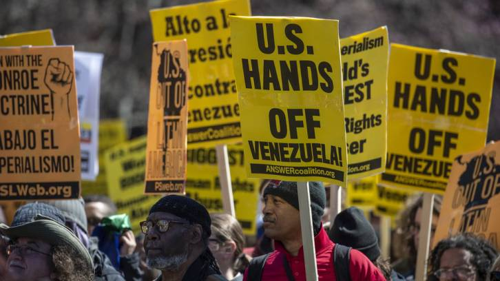 <figcaption>Demonstrators and activists gather to protest against a US led intervention in Venezuela in front of the White House on March 16, 2019. © AFP / Eric BARADAT</figcaption>