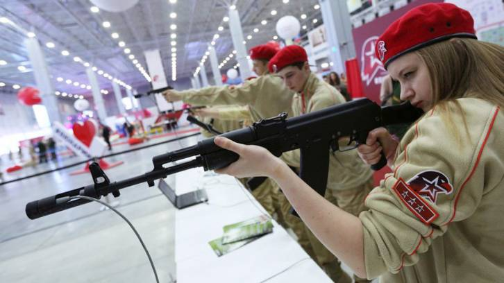 <figcaption>Members regularly attend military-patriotic games where they take part in weapons assembly, shooting accuracy and physical endurance competitions. Kirill Zykov / Moskva News Agency</figcaption>