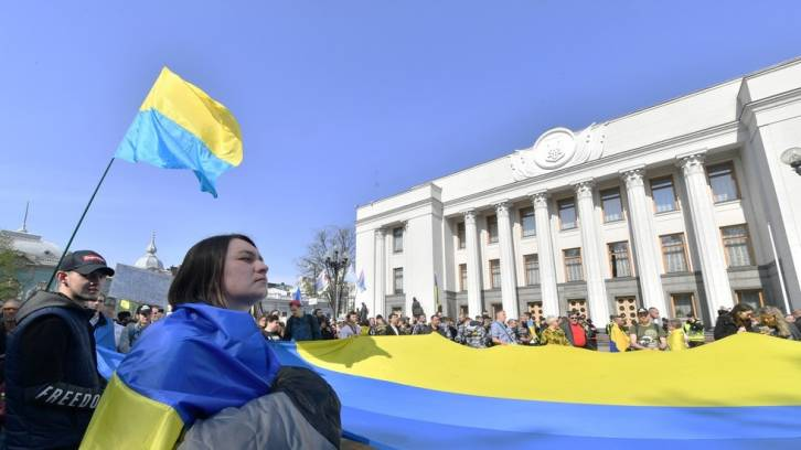 <figcaption>Activists call on Ukraine's parliament to pass the controversial language law</figcaption>