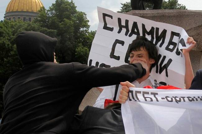 <figcaption>A sodomite protestor gets acquainted with Russian public opinion</figcaption>