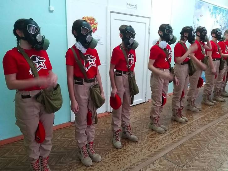 <figcaption>Youth from the Pechenga district in war training. Photo: Yunarmiya in Pechenga </figcaption>