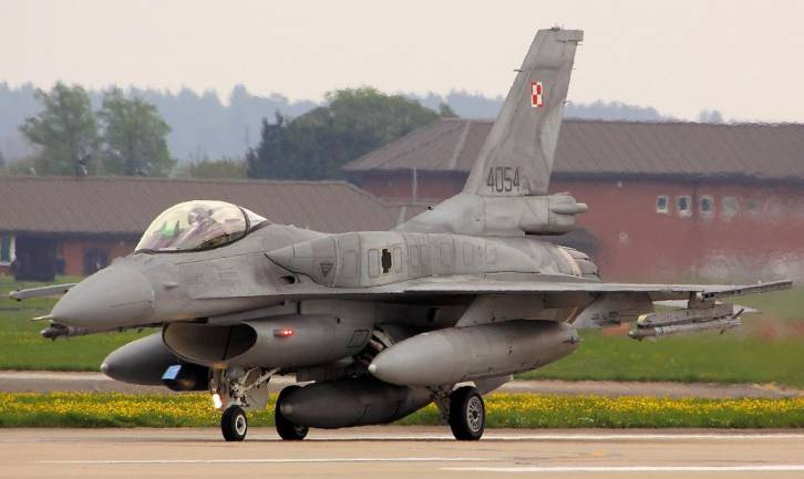 <figcaption>Poland has acquired powerful new missiles for its F-16s </figcaption>