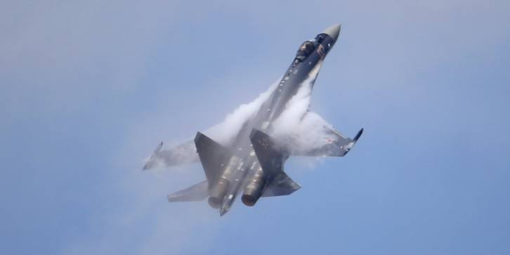 <figcaption>SU-35 performs in extreme maneuvers</figcaption>
