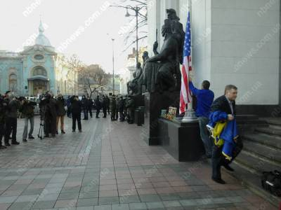 <figcaption>Symbols of Ukraine's sovereignty take a back seat when the Americans are in town</figcaption>