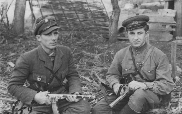 <figcaption>It's been a blood feud for centuries.  Soldiers of the Ukrainian Insurgent Army with captured Soviet and German weapons</figcaption>