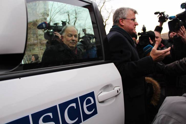UK Ambassador to Ukraine Simon Smith hops from OSCE SUV with Ambassador Ertugrul Apakan, Chief Monitor of OSCE SMMU - Special Monitoring Mission to Ukraine
