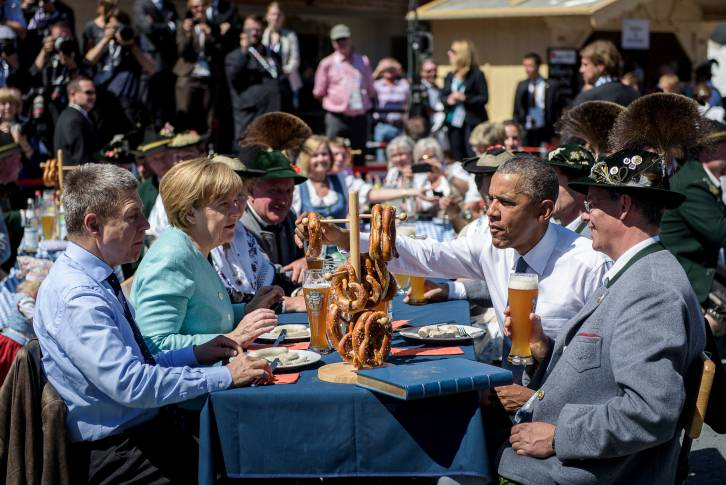 German Chancellor Angela Merkel, her husband Joachim Sauer (left) and US President Barack Obama eating a traditional Bavarian breakfast in Krün - Bundesregierung/Kugler
