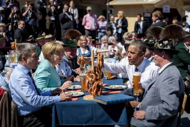 German Chancellor Angela Merkel, her husband Joachim Sauer (left) and US President Barack Obama eating a traditional Bavarian breakfast in Krün - Bundesregierung/Kugler