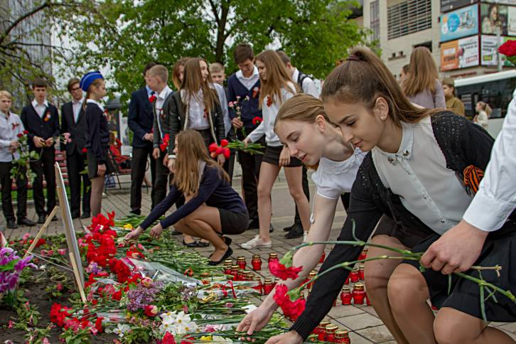 "<figcaption>The youth of Belgorod pay their respects on Victory Day (Lifestyle Photographer Igor Trushlyakov ""Игорь Трушляков"")</figcaption>"